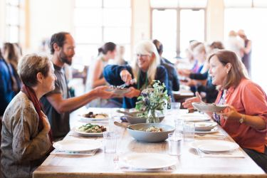 Alice Waters having lunch with participants